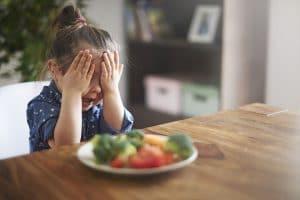 Bunt dziecka przy jedzeniu